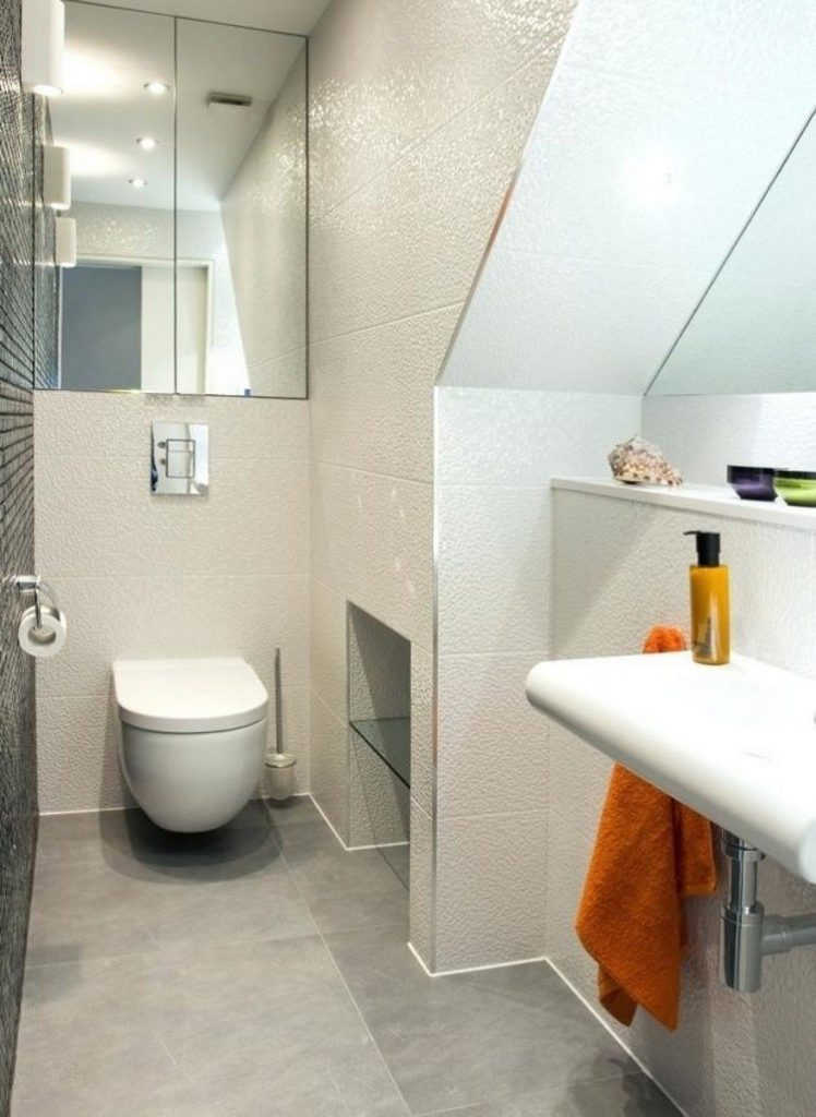 Bathroom with mirror for a more spacious impression