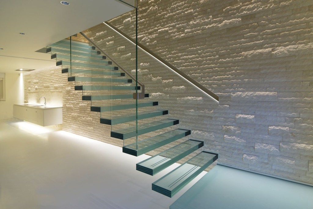 Minimalist Load-Resistant Glass Ladder