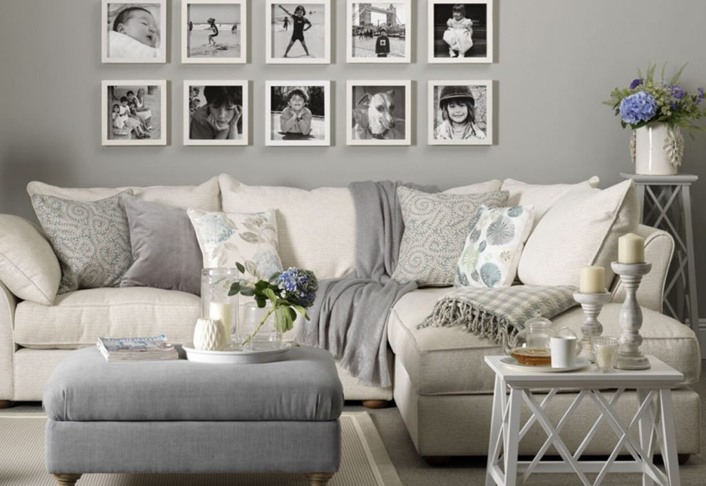 Personal Decorations in Minimalist Family Room Designs