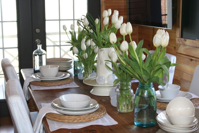 flower vase in the dining table